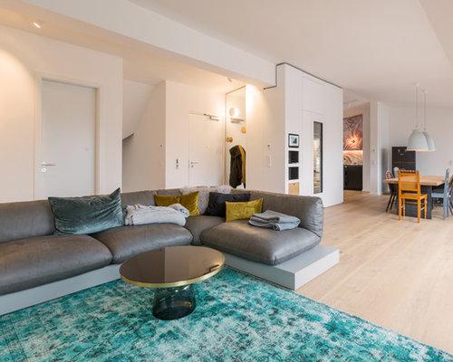 Offenes, Großes Modernes Wohnzimmer Ohne Kamin Mit Weißer Wandfarbe, Hellem  Holzboden Und Beigem Boden