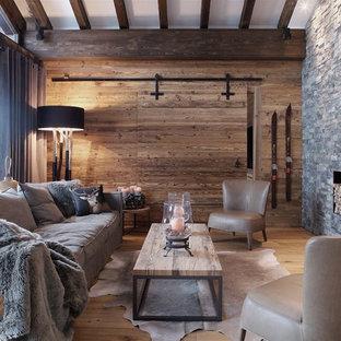 Ispirazione per un soggiorno rustico chiuso con parquet chiaro, camino classico, cornice del camino in pietra e nessuna TV
