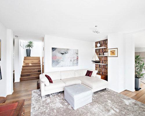 Großes, Repräsentatives, Offenes Modernes Wohnzimmer Mit Weißer Wandfarbe  Und Dunklem Holzboden In München