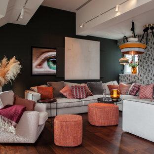 Geräumiges, Offenes Eklektisches Wohnzimmer mit verstecktem TV, braunem Boden, Tapetenwänden, bunten Wänden und dunklem Holzboden in Hamburg
