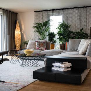 Offenes, Fernseherloses, Geräumiges Modernes Wohnzimmer ohne Kamin mit weißer Wandfarbe, hellem Holzboden und beigem Boden in Stuttgart