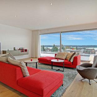 Großes, Repräsentatives Modernes Wohnzimmer Ohne Kamin Mit Weißer  Wandfarbe, Braunem Holzboden Und Wand