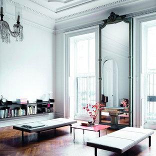 Großes, Repräsentatives, Abgetrenntes Eklektisches Wohnzimmer mit weißer Wandfarbe und dunklem Holzboden in München