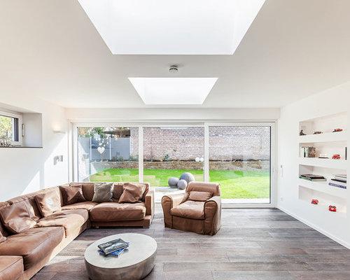 Großes Kolonialstil Wohnzimmer Mit Weißer Wandfarbe, Dunklem Holzboden Und  Wand TV In Dortmund