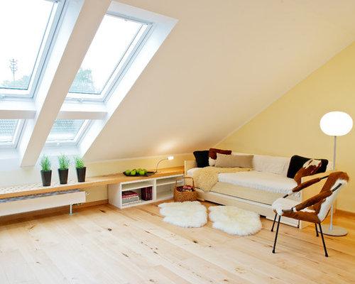 wohnzimmer mit hellem holzboden und gelber wandfarbe