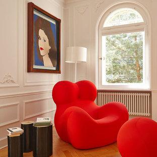 Diseño de sala de estar actual, pequeña, con paredes blancas y suelo de madera en tonos medios