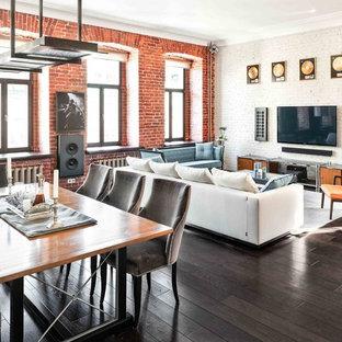 Großes, Repräsentatives, Offenes Industrial Wohnzimmer ohne Kamin mit weißer Wandfarbe, dunklem Holzboden, Wand-TV und braunem Boden in Frankfurt am Main