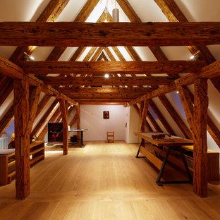 Großer, Fernseherloser Rustikaler Hobbyraum ohne Kamin, im Loft-Stil mit weißer Wandfarbe, hellem Holzboden und beigem Boden in München