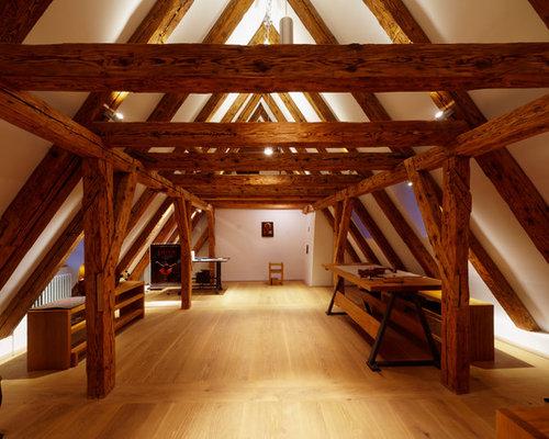 Großer, Fernseherloser Rustikaler Hobbyraum Ohne Kamin, Im Loft Style Mit  Weißer Wandfarbe,