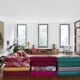 Foto di un grande soggiorno boho chic chiuso con pareti bianche, parquet scuro e nessun camino