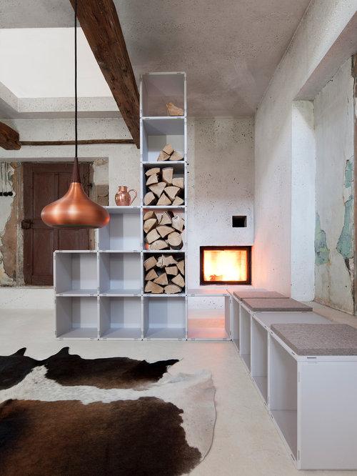 Offenes, Mittelgroßes Nordisches Wohnzimmer Mit Grauer Wandfarbe, Kamin Und  Verputztem Kaminsims In München
