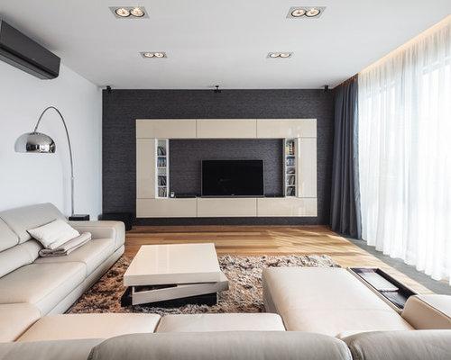 Großes Modernes Wohnzimmer Mit Grauer Wandfarbe, Hellem Holzboden Und  Multimediawand In Sonstige