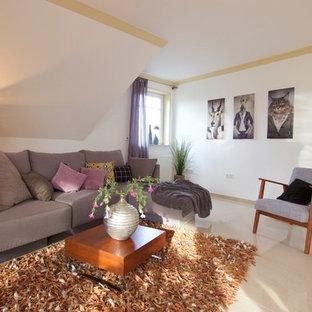 Mittelgroßes, Abgetrenntes Modernes Wohnzimmer ohne Kamin mit weißer Wandfarbe und beigem Boden in Bremen