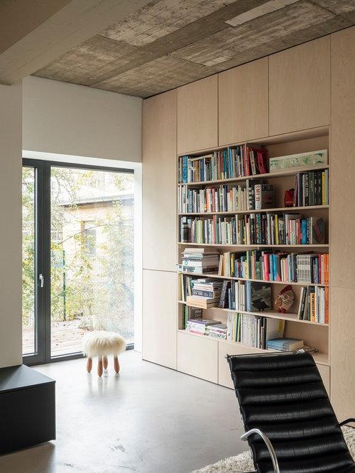 Wunderbar Offene, Mittelgroße, Fernseherlose Moderne Bibliothek Mit Weißer Wandfarbe,  Betonboden Und Grauem Boden In