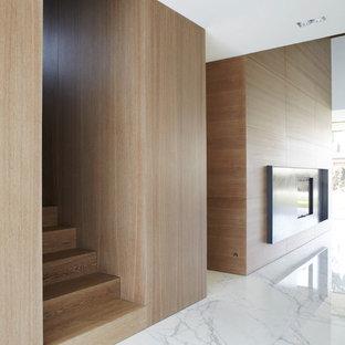 Foto di un grande soggiorno minimal aperto con pavimento in marmo, camino bifacciale, pareti marroni e cornice del camino in metallo