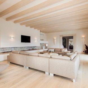 Geräumiges, Abgetrenntes Modernes Wohnzimmer Ohne Kamin Mit Beiger  Wandfarbe, Hellem Holzboden Und Wand