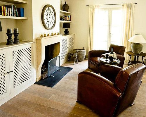 Wohnidee Für Mittelgroße, Repräsentative, Fernseherlose Mediterrane  Wohnzimmer Mit Gelber Wandfarbe, Braunem Holzboden,