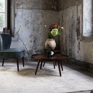 Abgetrenntes Shabby-Style Wohnzimmer mit Betonboden in Berlin