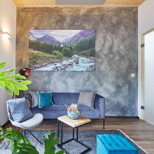 Mittelgroßes, Abgetrenntes Modernes Wohnzimmer mit weißer Wandfarbe, hellem Holzboden, braunem Boden, Holzdecke und Tapetenwänden in Stuttgart