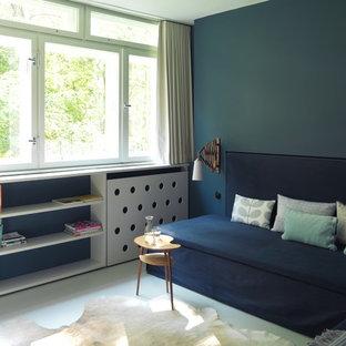 Idee per un soggiorno design aperto e di medie dimensioni con pareti blu, pavimento bianco, pavimento in linoleum e nessun camino