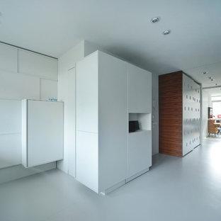 Esempio di un soggiorno minimal di medie dimensioni e aperto con pareti bianche, pavimento in linoleum, pavimento bianco, nessun camino e TV a parete