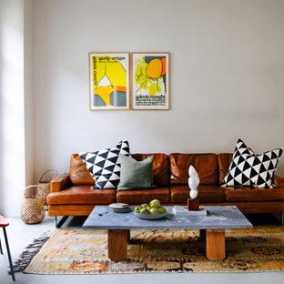 Fernseherloses, Offenes Modernes Wohnzimmer ohne Kamin mit beiger Wandfarbe und grauem Boden in Berlin