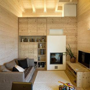 Kleines, Abgetrenntes Asiatisches Wohnzimmer mit beiger Wandfarbe, hellem Holzboden, freistehendem TV, beigem Boden, Kaminofen und verputzter Kaminumrandung in München