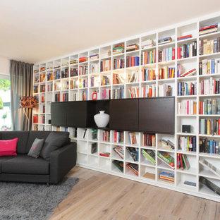 Moderne Bibliothek mit hellem Holzboden und beigem Boden in Hamburg