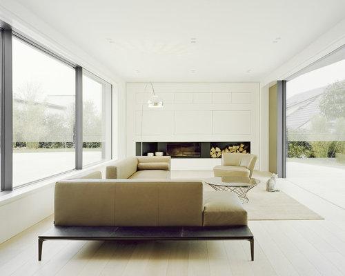 Fesselnd Großes, Offenes Modernes Wohnzimmer Mit Weißer Wandfarbe, Hellem Holzboden,  Kamin, Verputztem Kaminsims