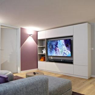 Modernes Wohnzimmer mit grauer Wandfarbe, hellem Holzboden, Wand-TV und beigem Boden in Düsseldorf