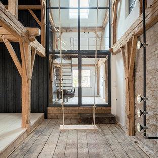 Rustikales Wohnzimmer ohne Kamin, im Loft-Stil mit beiger Wandfarbe, dunklem Holzboden und braunem Boden in München