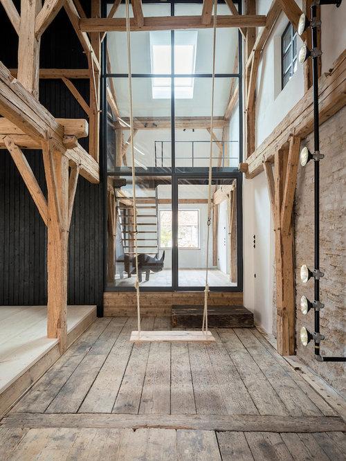 Rustikales Wohnzimmer Ohne Kamin, Im Loft Style Mit Beiger Wandfarbe,  Dunklem Holzboden Und