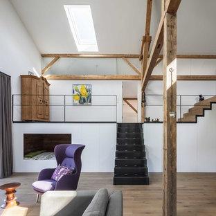 Mittelgroßes, Offenes Landhausstil Wohnzimmer mit weißer Wandfarbe, braunem Holzboden und braunem Boden in München