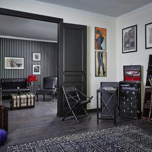 Modelo de salón bohemio con paredes amarillas y suelo de madera oscura