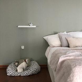 Schlafzimmer mit heller Grüner Wand und Samtvorhängen
