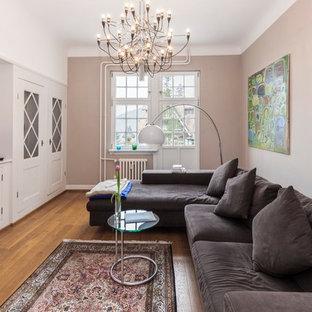Mittelgroßes, Abgetrenntes Klassisches Wohnzimmer mit beiger Wandfarbe, braunem Holzboden und braunem Boden in Berlin