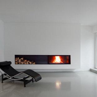 Idee per un grande soggiorno moderno aperto con pareti bianche, pavimento in linoleum, camino ad angolo e cornice del camino in intonaco