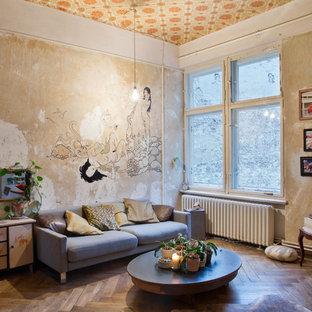 他の地域の大きいシャビーシック調のおしゃれなファミリールーム (マルチカラーの壁、濃色無垢フローリング、テレビなし) の写真