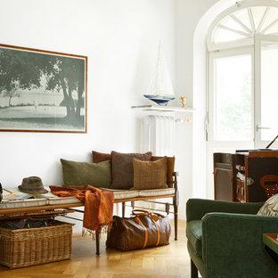 Mittelgroßes, Repräsentatives, Fernseherloses, Abgetrenntes Tropenstil  Wohnzimmer Ohne Kamin Mit Weißer Wandfarbe Und Braunem