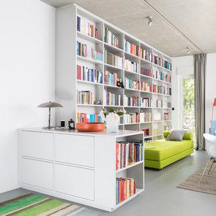 Idée de décoration pour un salon avec une bibliothèque ou un coin lecture nordique de taille moyenne et fermé avec un mur blanc, un sol en linoléum, aucune cheminée, aucun téléviseur et un sol gris.