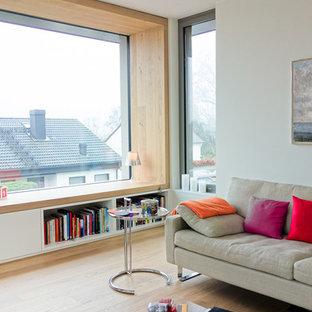 Idee per un ampio soggiorno minimal aperto con sala formale, pareti bianche e parquet chiaro