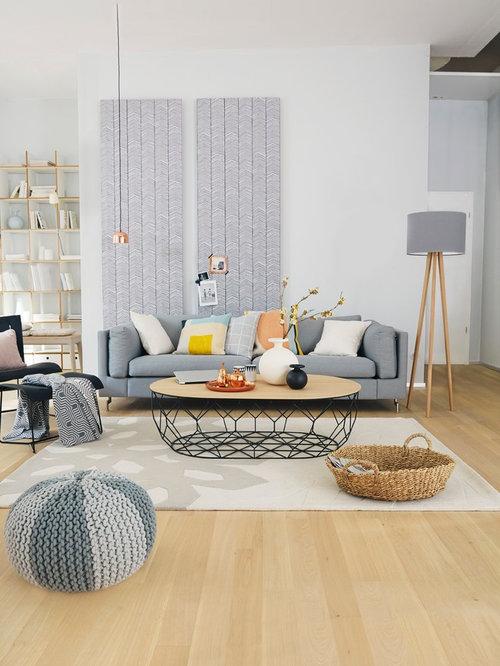 Mittelgroßes skandinavisches wohnzimmer mit weißer wandfarbe und hellem holzboden in sonstige