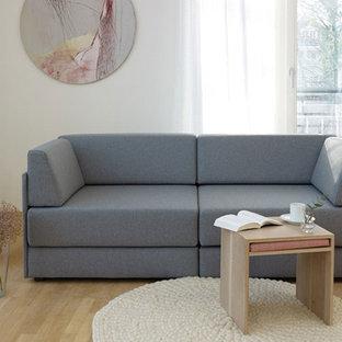 Skandinavisches Wohnzimmer mit grauer Couch