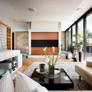 Repräsentatives, Geräumiges Modernes Wohnzimmer ohne Kamin, im Loft-Style mit beiger Wandfarbe, braunem Holzboden und beigem Boden