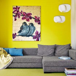 Cette photo montre une petite salle de séjour tendance fermée avec un mur jaune, moquette, aucune cheminée et un sol vert.