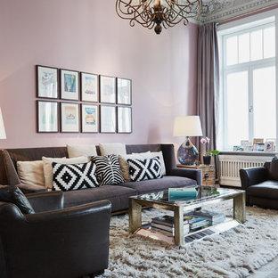 Imagen de sala de estar abierta, contemporánea, de tamaño medio, sin chimenea y televisor, con paredes rosas, suelo de madera pintada y suelo marrón