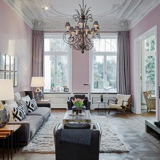 Idee per un grande soggiorno classico aperto con pareti rosa, pavimento marrone, sala formale, pavimento in legno massello medio e nessun camino