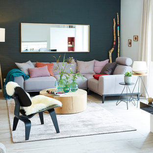 Mittelgroßes, Offenes, Repräsentatives Modernes Wohnzimmer mit beigem Boden, grüner Wandfarbe, Kamin und verputzter Kaminumrandung in Hamburg