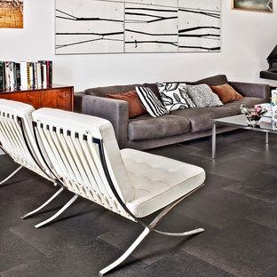 Mittelgroßes Modernes Musikzimmer ohne Kamin mit weißer Wandfarbe, Schieferboden und schwarzem Boden in Sonstige