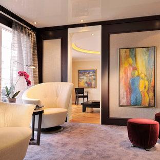 Réalisation d'une salle de séjour design avec moquette et un sol violet.